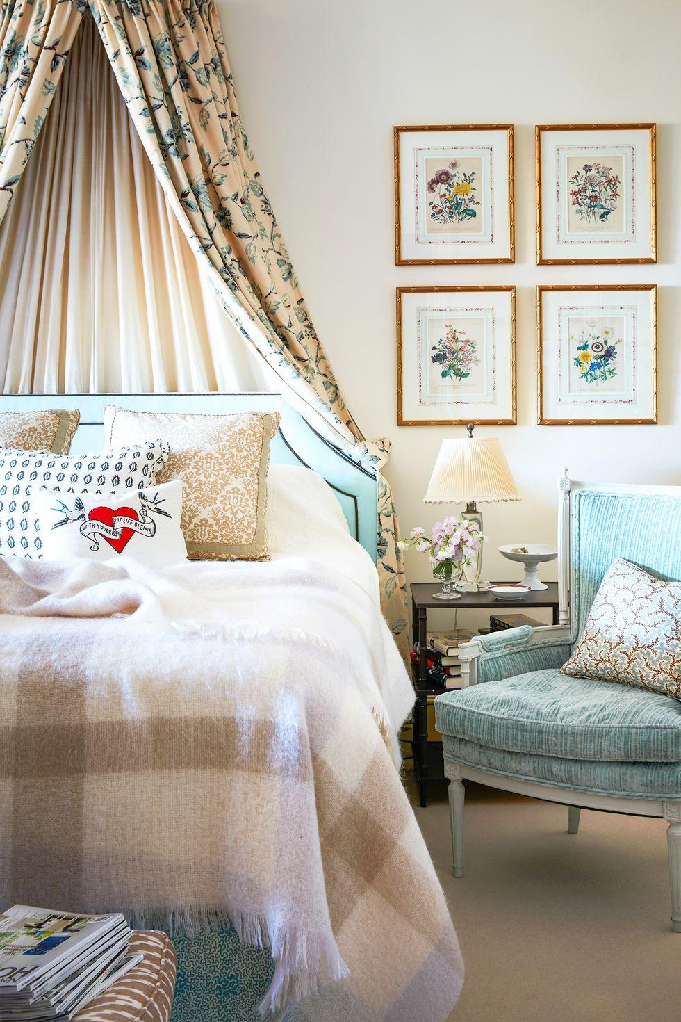 Những tia sáng màu xanh lam trong tác phẩm nghệ thuật và mái che tán mạ mạ làm nổi bật tông màu xanh lam trên đầu giường bọc nệm và ghế phụ.