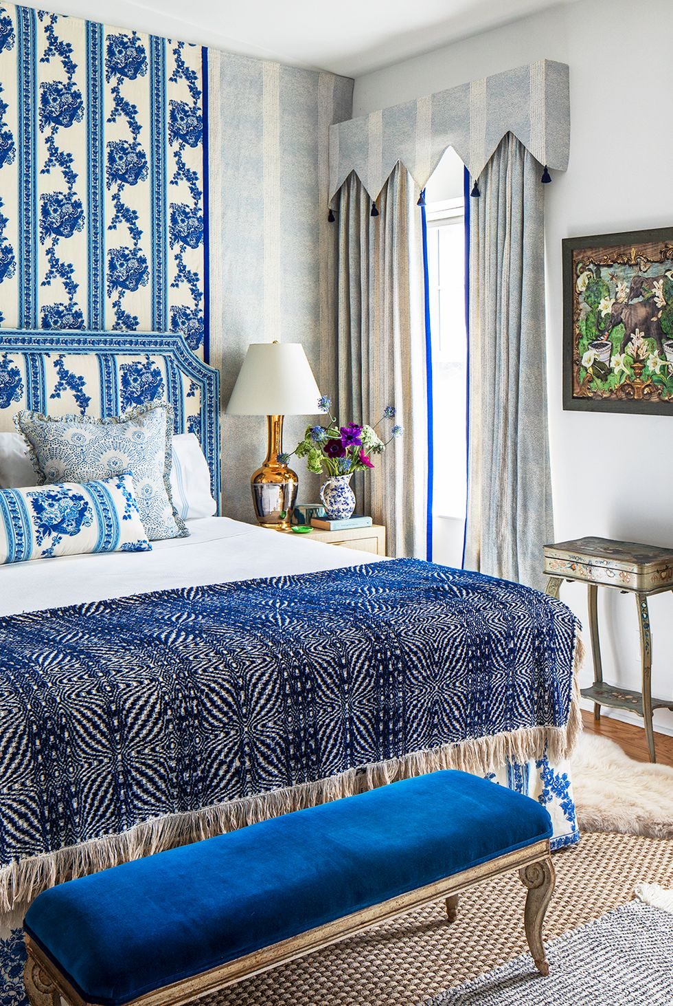 Màu xanh và trắng làm trung tâm trong phòng ngủ cổ điển nhưng tươi mới này của Eliza Crater. Với các lớp in và các loại vải vui nhộn cũng như các điểm nhấn bằng kim loại và tác phẩm nghệ thuật, cách phối màu này có rất nhiều chiều sâu và kích thước trong khi vẫn giữ được sự gắn kết và chặt chẽ.