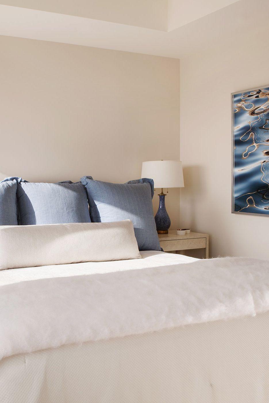 Được bao bọc bởi các sắc thái trắng và kem tuyệt đẹp được nhấn nhá bằng các điểm nhấn màu xanh lam, phòng ngủ do Heather Hilliard thiết kế này mang đến sự thanh lịch thuần khiết mà không cần cố gắng quá nhiều.