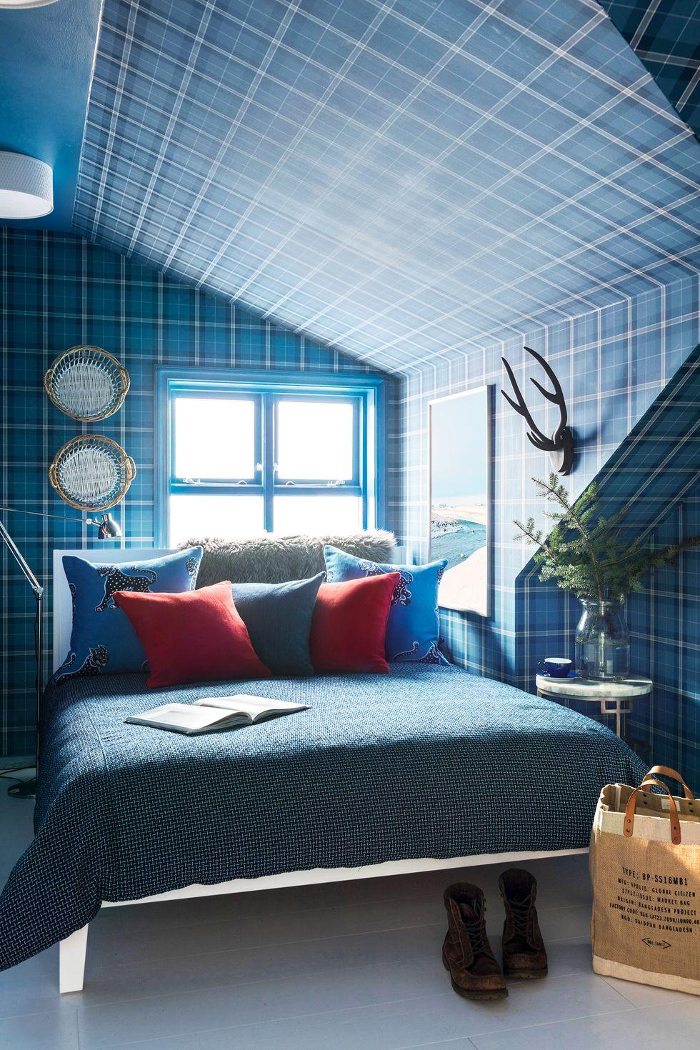 phòng ngủ nhỏ xíu này thành một thế giới rộng lớn với giấy dán tường phong phú, trang trí tường theo chiều và đồ nội thất cân đối hoàn hảo. Màu đỏ tạo thêm bất ngờ thú vị và khuyến khích chúng ta kết hợp các màu cơ bản.