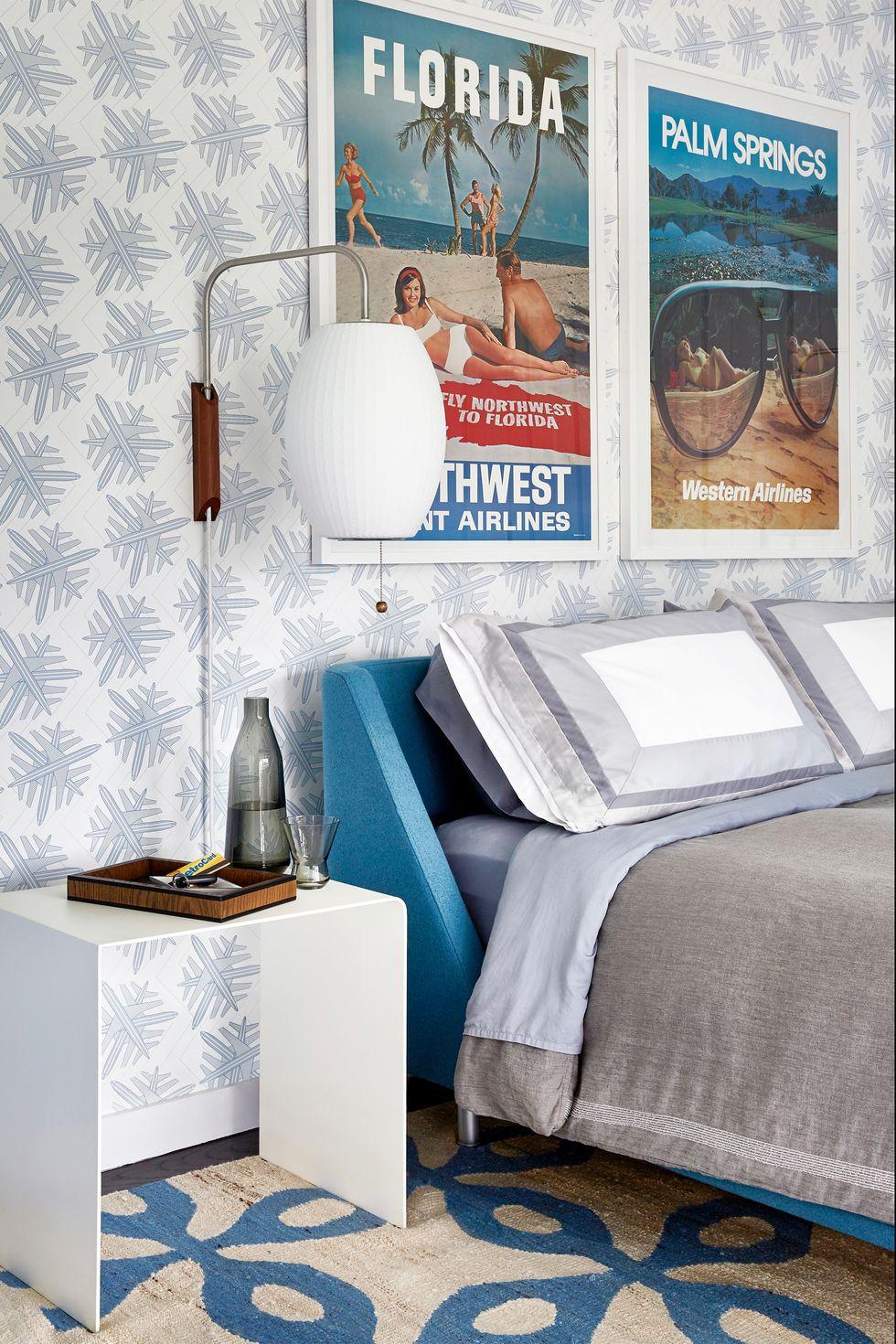 Để làm dịu độ sắc nét của gam màu xanh và trắng, hãy kết hợp nhiều tông màu xám nhạt.