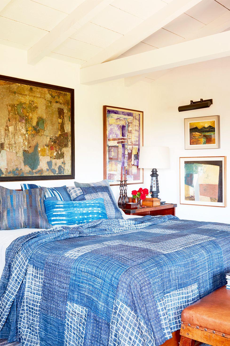 Phòng ngủ này mang lại cảm giác dễ gần và hơi phóng túng, trong khi vẫn trông bóng bẩy và. Điều này là nhờ vào bản chất thoải mái của bộ đồ giường màu xanh lam nhuộm chàm chắp vá và các điểm nhấn bằng da tương phản với tác phẩm nghệ thuật được đóng khung và đèn chiếu sáng được đánh bóng.