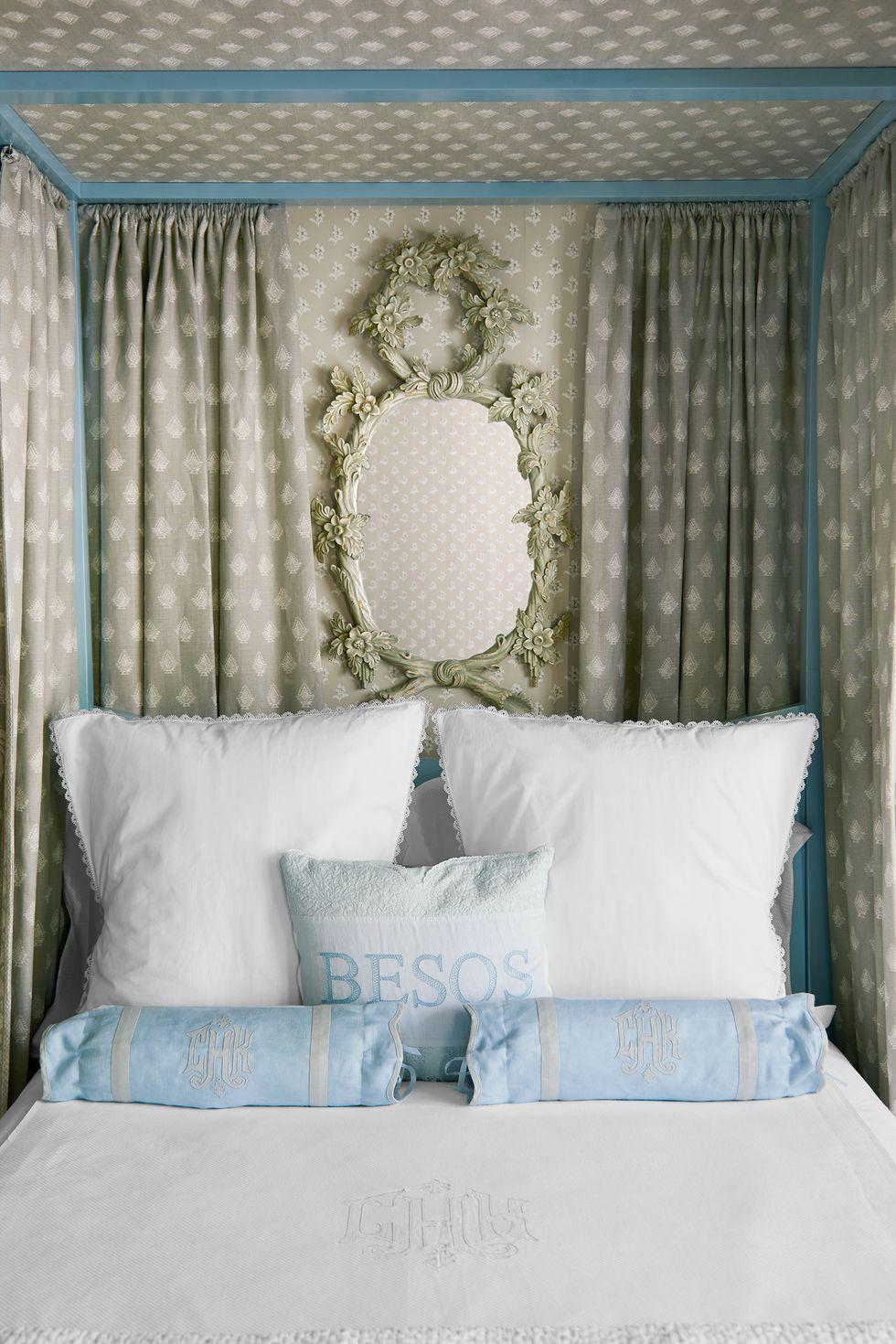 Đối với người mới bắt đầu trang trí với màu xanh lam trong phòng ngủ, hãy giữ mọi thứ ở mức trung tính và sau đó chọn những điểm nhấn màu xanh dịu nhẹ, như gối