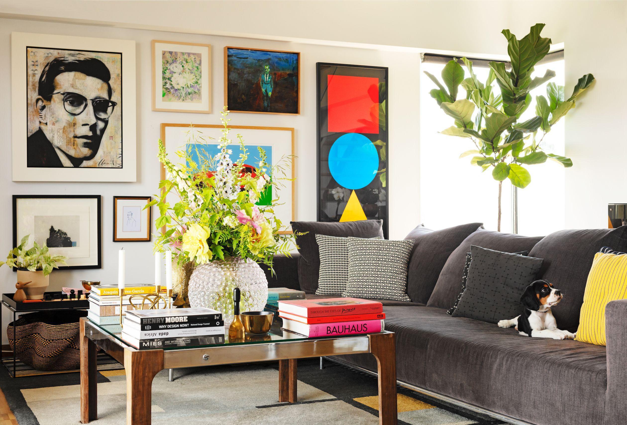 Hãy treo lên đó những món đồ décor lớn và ấn tượng hoặc một bức tranh nghệ thuật, hoặc cả hai luôn
