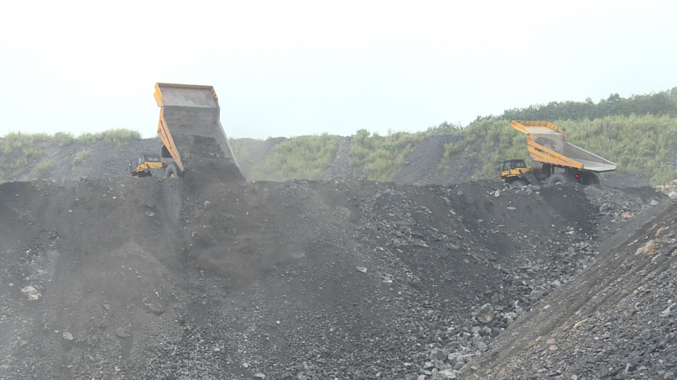 Xe vận tải đổ bã sàng tại các bãi thải trong ranh giới mỏ