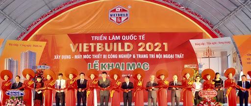 Ông Nguyễn Văn Sinh,Thứ trưởng Bộ Xây dựng, Trưởng ban chỉ đạoTriển lãm Quốc tế Vietbuild (hình đứng thứ 11phải qua) cắt băng khai mạc Triển lãm