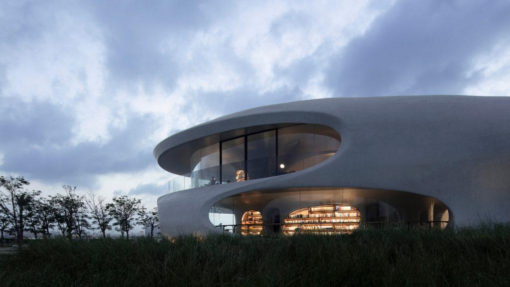 Công trình thư viện này là gian hàng đầu tiên được hoàn thành trong số 16 gian hàng đang được xây dựng ở Công viên Thế kỷ như một phần của dự án trẻ hóa rộng lớn hơn của Vịnh Hải Khẩu.