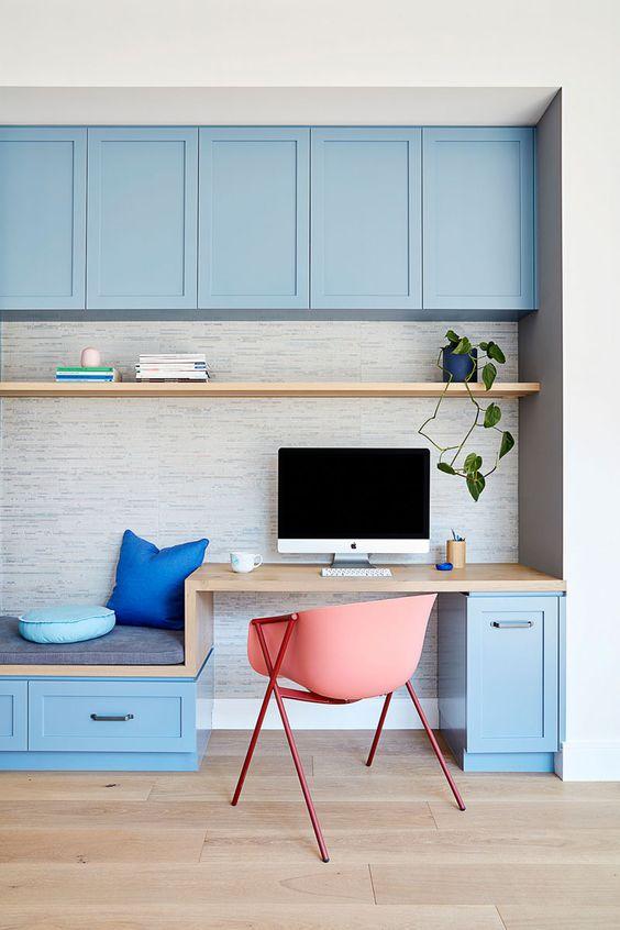 làm việc tại nhà màu xanh dương tươi sáng được trang bị tủ bếp, bàn làm việc nhỏ và đi văng, kệ nổi là một ý tưởng rất thú vị và mới mẻ