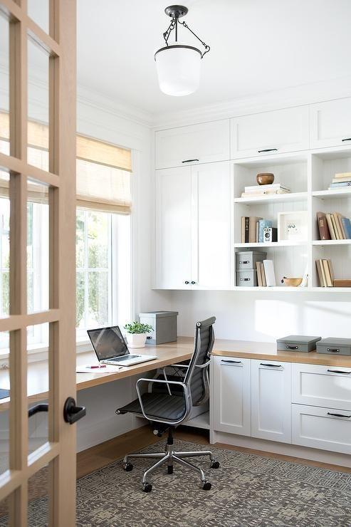 Không gian làm việc tại nhà với tủ màu trắng mang phong cách đồng quê hiện đại