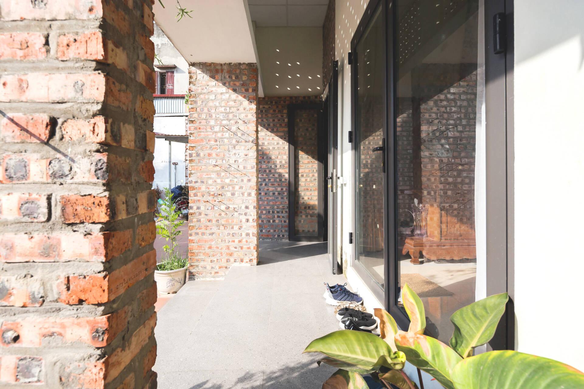 Nhóm KTS quyết định giữ lại những mảng tường trần thô mộc từ hiện trạng công trình, nhằm tối ưu chi phí cải tạo cho gia chủ