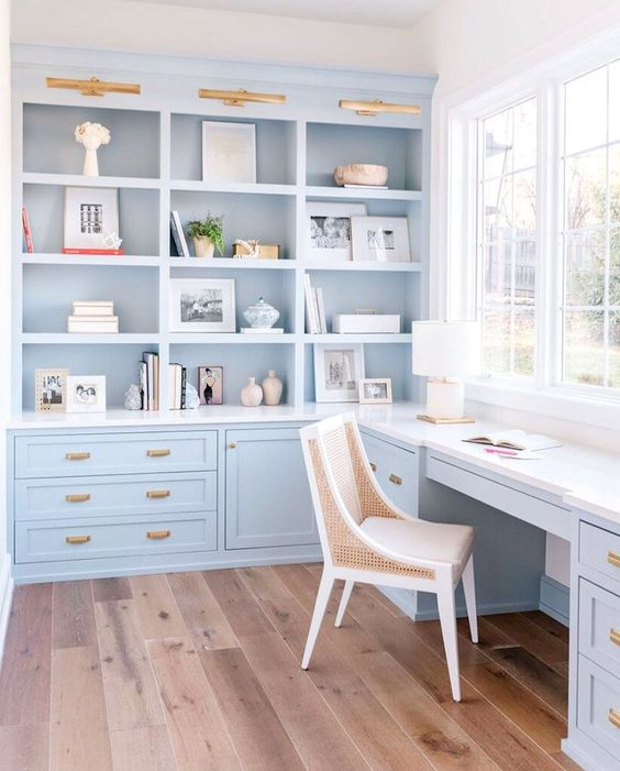 Không gian làm việc tại nhà ven biển xinh đẹp được trang trí bằng màu xanh lam nhạt , được trang bị tủ bếp và bàn làm việc phù hợp và các chi tiết chạm vàng