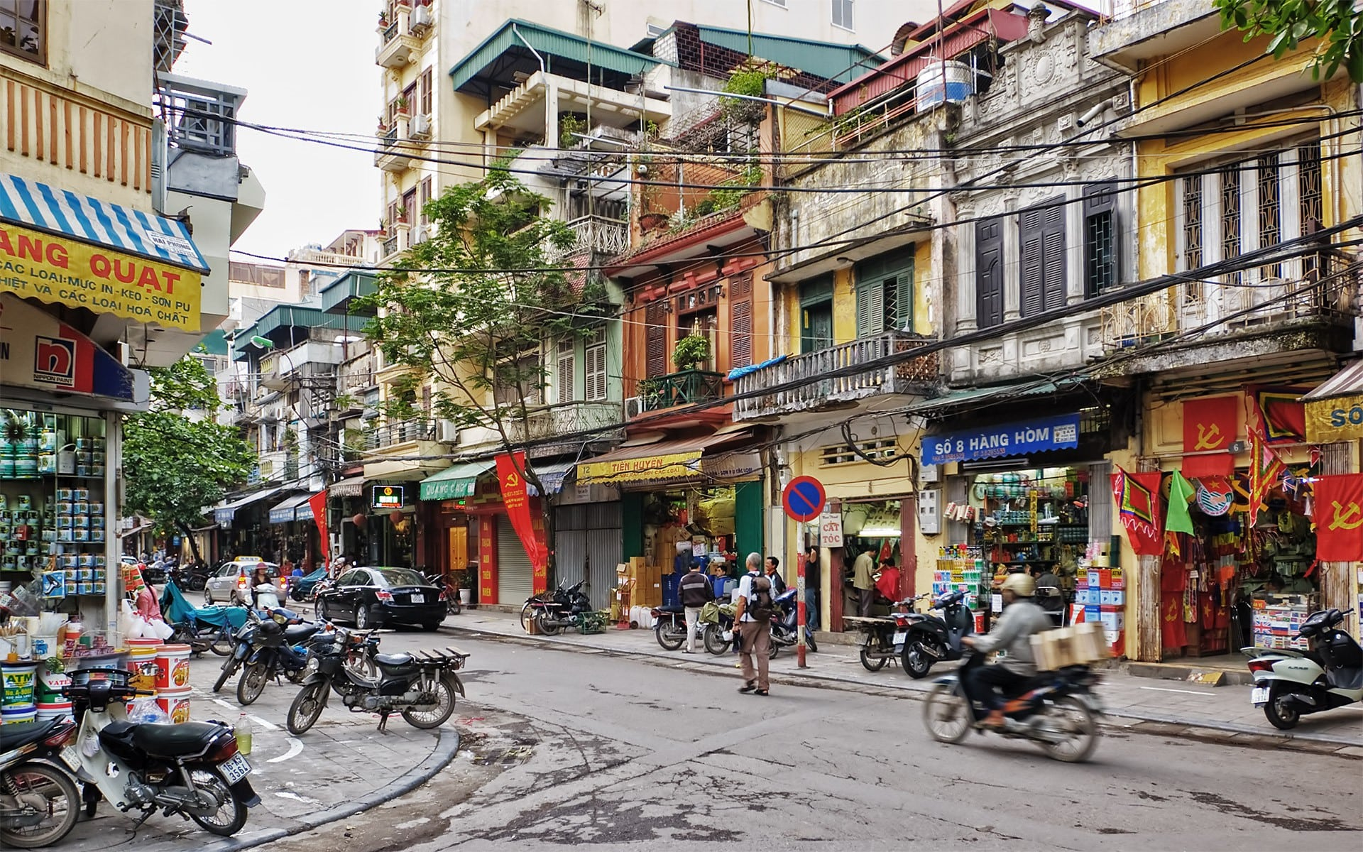 """Các đô thị Việt Nam có nên phát triển hình thái kiến trúc """"nhà ống"""", với nền kinh tế vỉa hè nữa hay không khi kinh doanh đã chiếm trọn không gian đi bộ?"""