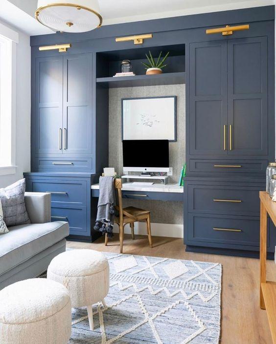 làm việc tại nhà đầy phong cách được trang bị tủ bếp màu xanh nước biển, ghế sofa màu xanh dương pastel và ghế đẩu bằng lông thú, những điểm nhấn bằng vàng để sang trọng hơn