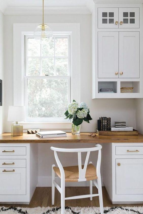 Không gian được hoàn thiện với tủ bếp và bàn làm việc phù hợp, một chiếc ghế dệt và một chiếc đèn