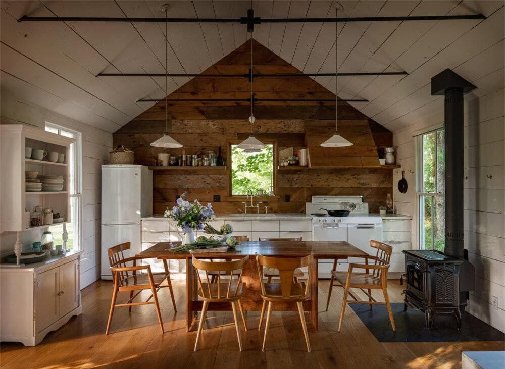 Không gian nấu nướng với sàn màu gỗ cùng tông với bộ bàn ghế ăn và tường bếp. Căn phòng đẹp hơn khi có những sắc màu be, trắng kết nối linh hoạt.