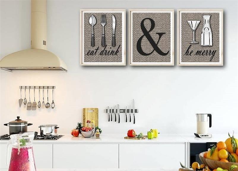 Căn bếp mang lại sự tươi mới đầy cảm hứng cho mọi người khi bắt đầu buổi sáng. Không gian màu trắng đẹp không tỳ vết với đường nét đơn giản, thanh lịch. Không gian thêm cá tính, nổi bật và tinh tế với những điểm nhấn nhẹ nhàng từ vật dụng và đồ ăn cũng là cách decor cực hấp dẫn.