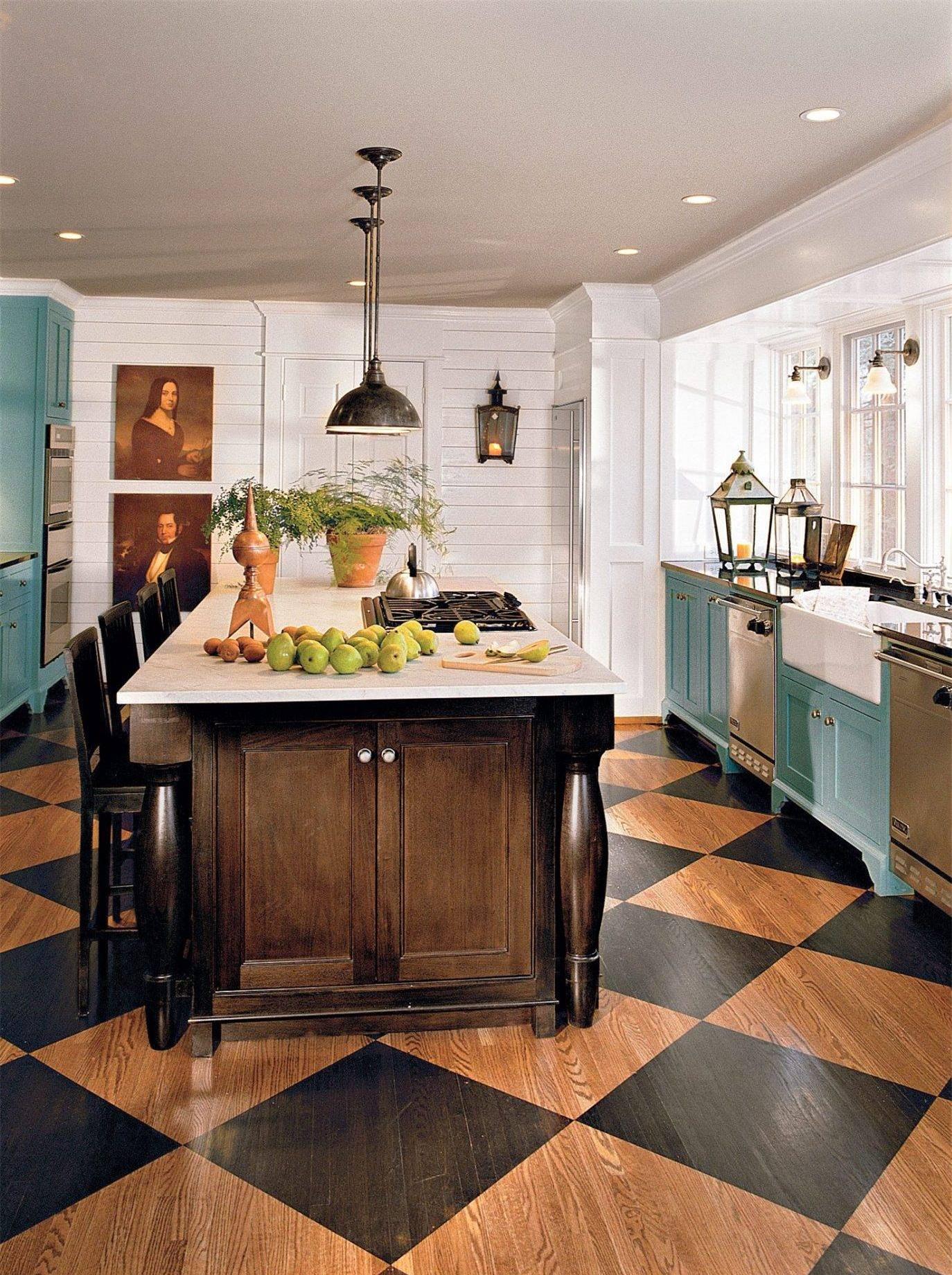 Căn bếp nhỏ được thiết kế khéo léo khi kết hợp những sắc màu trẻ trung. Không gian nấu nướng ghi điểm với hệ tủ bếp màu xanh bạc hà. Màu tường trắng giúp các gam màu trầm thêm nổi bật.