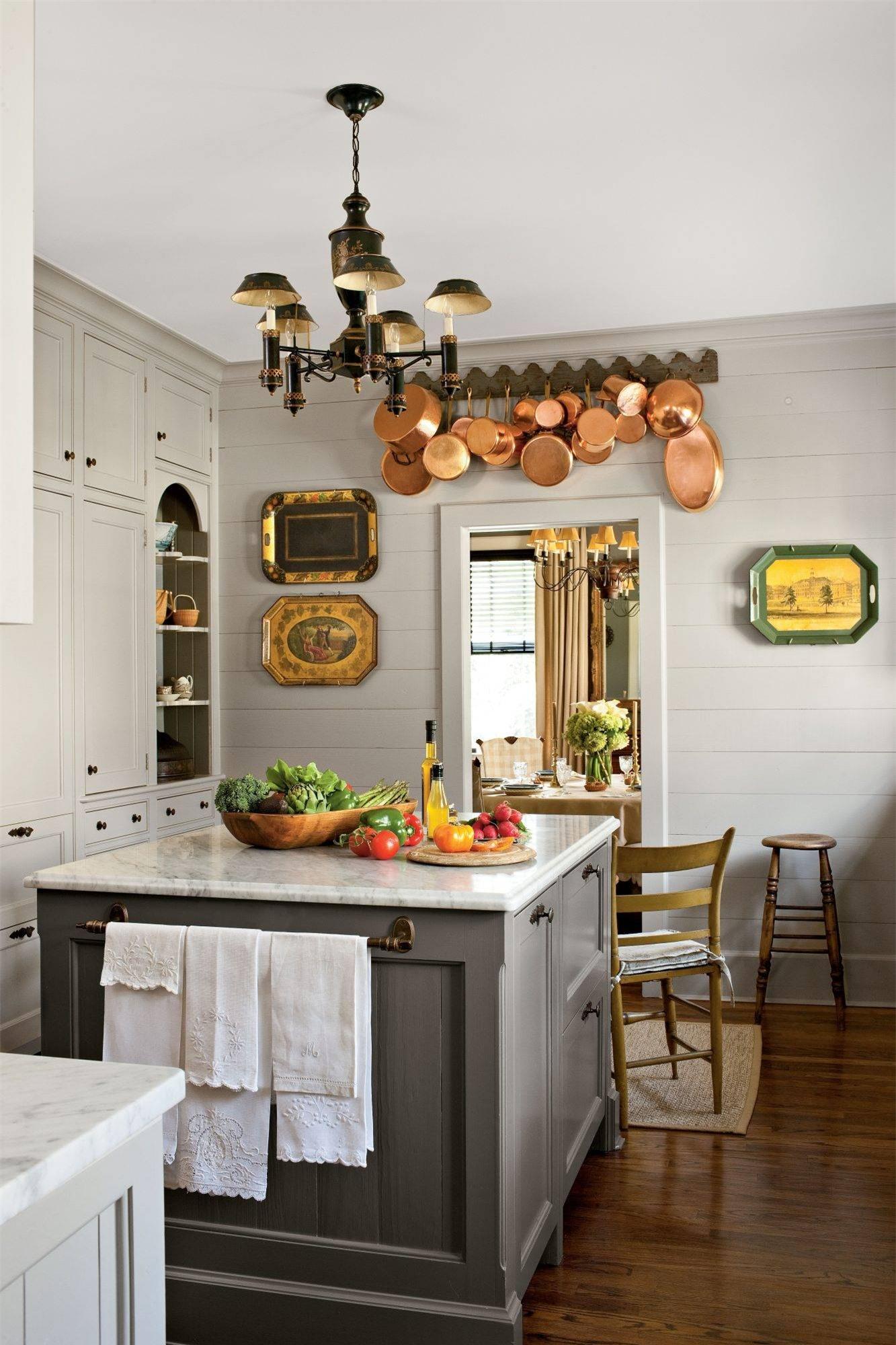 Không gian nấu nướng với màu trung tính có thể khiến căn phòng thêm tẻ nhạt. Tuy nhiên, màu ghi sáng với nhiều sắc độ sẽ thêm cuốn hút khi có sự kết hợp với đảo bếp tiện lợi.