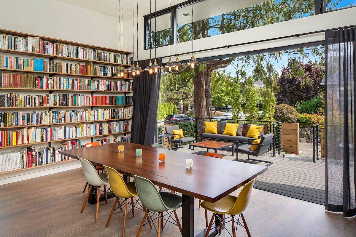 Giá sách ở góc cùng với boong và khu vực tiếp khách biến không gian ăn uống này thành một gia đình vui vẻ và phòng đọc sách