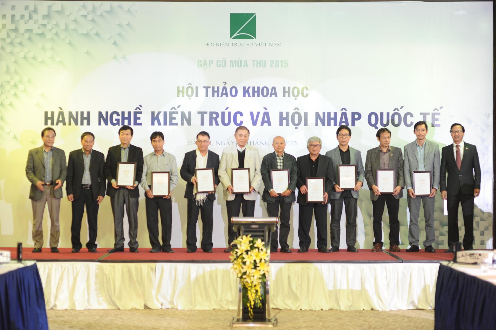Những KTS đầu tiên tại Việt Nam nhận chứng chỉ KTS Asean ngày 28-11-2015 tại chương trình Gặp gỡ mùa thu 2015 do Hội KTS Việt Nam tổ chức
