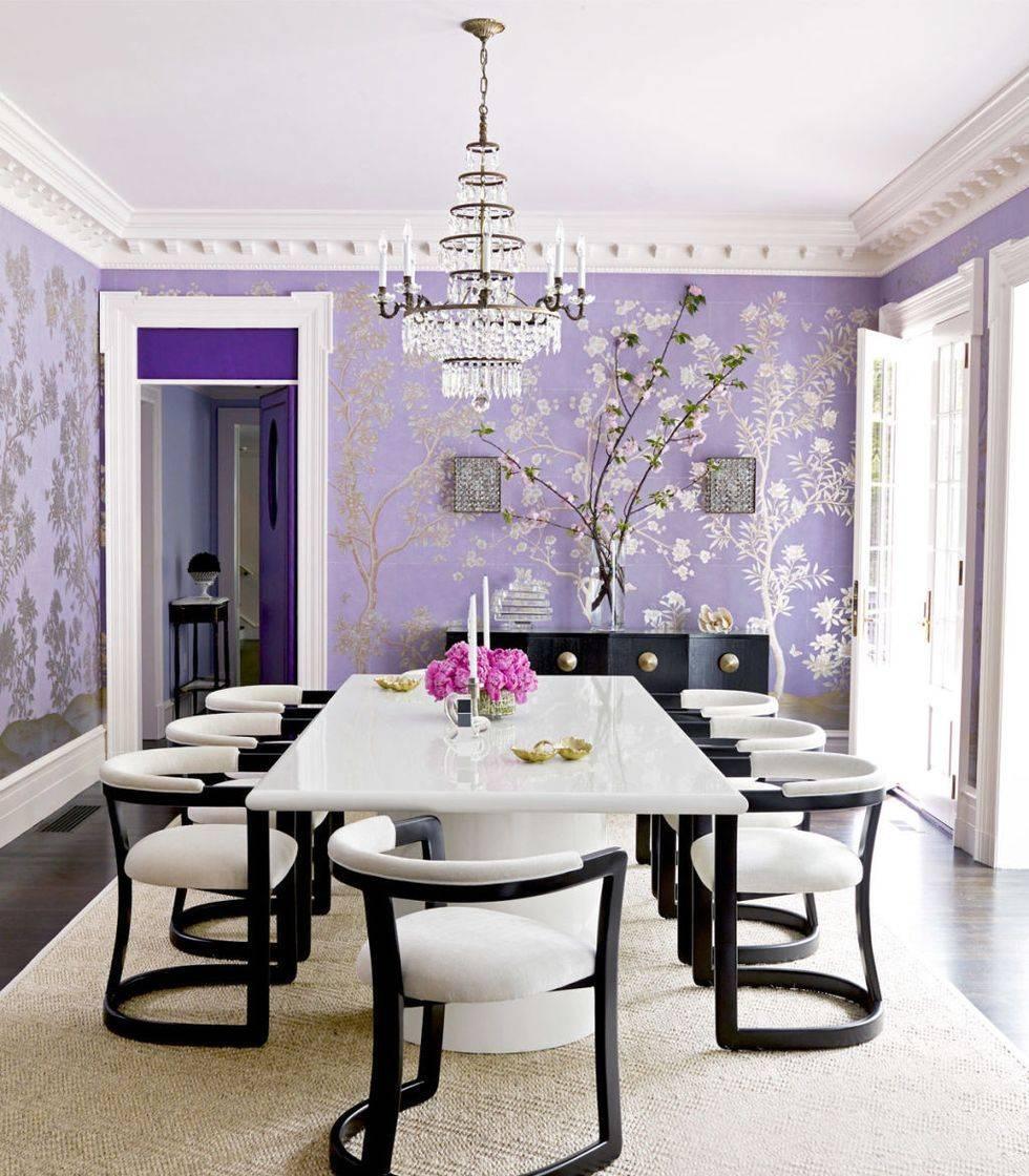 Phòng ăn với giấy dán tường hình hoa oải hương