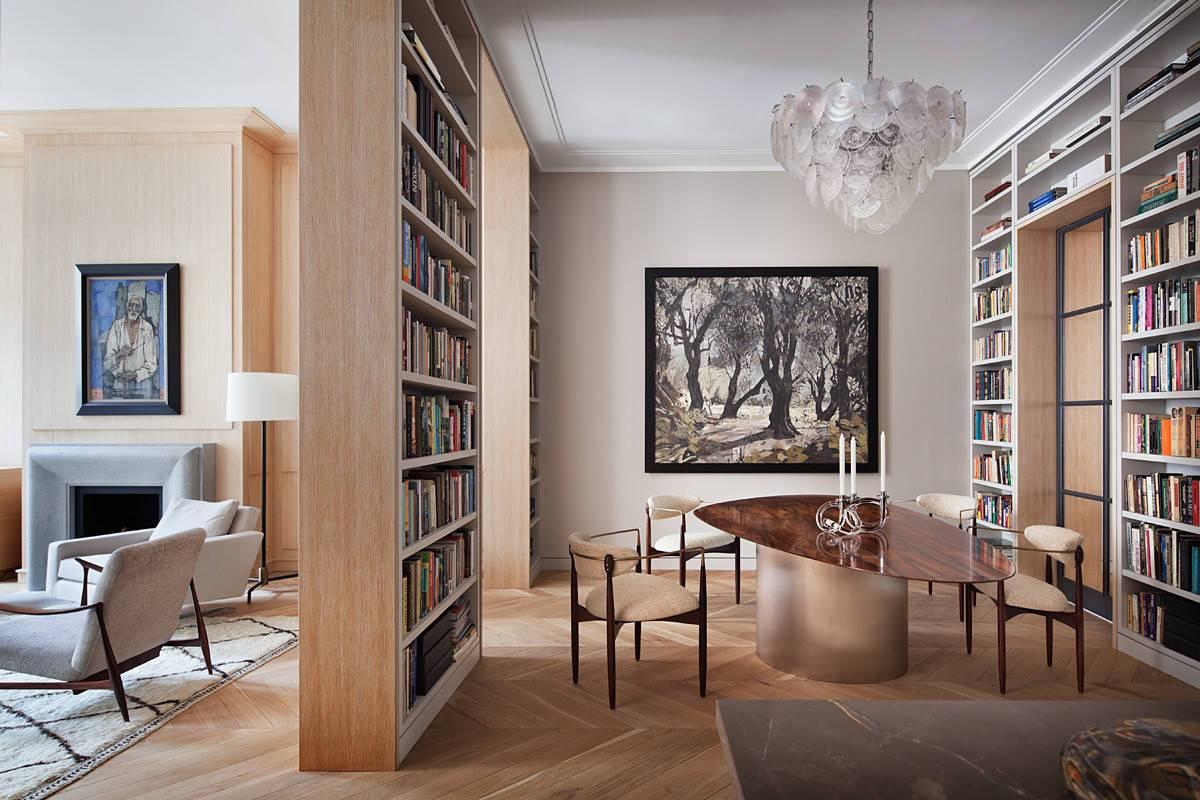 Giá sách cao từ trần đến sàn tạo ra một bản sắc riêng cho khu vực ăn uống này mặc dù nó là một phần của phòng khách