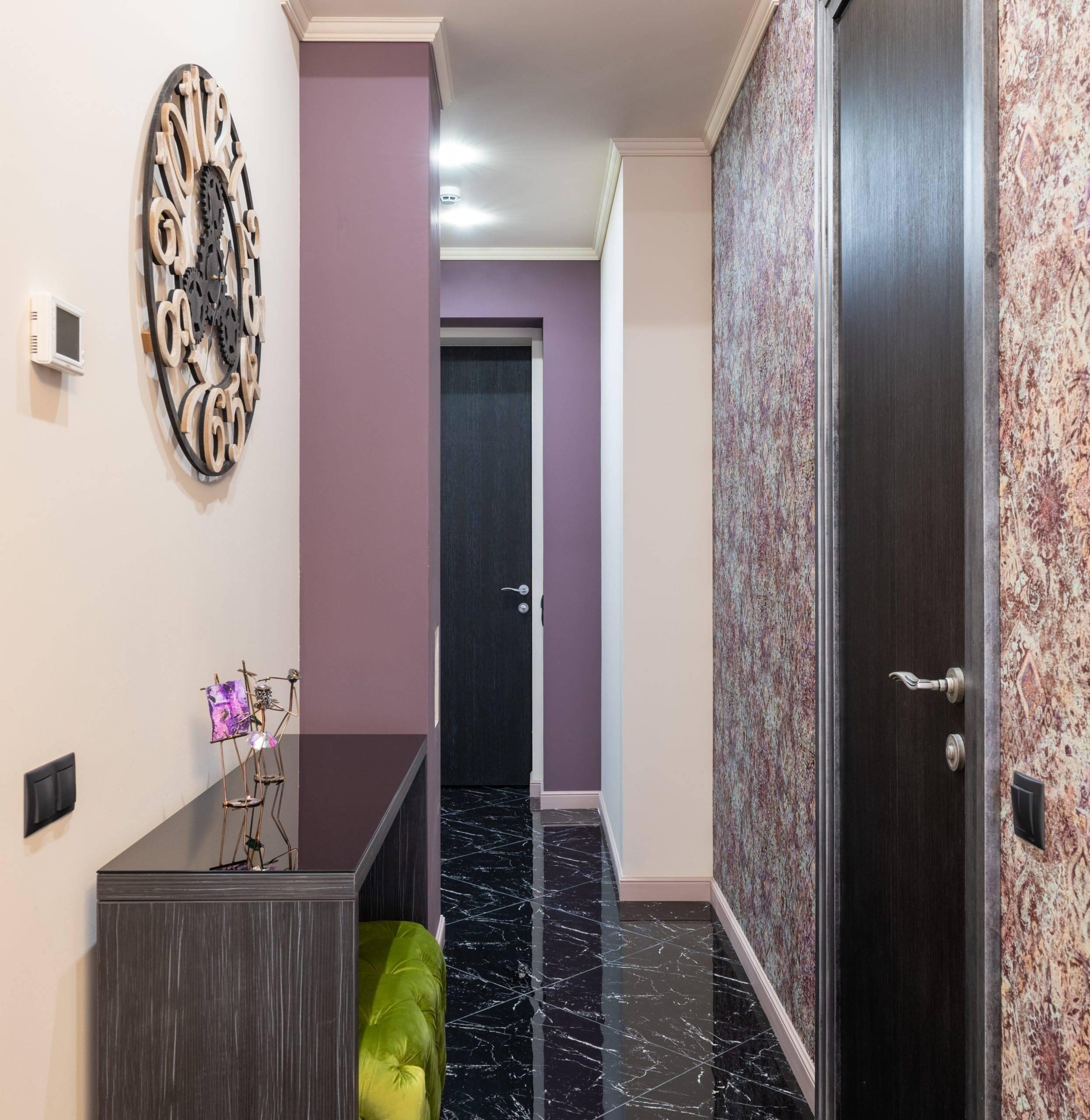 Hành lang với những bức tường hoa oải hương và đồng hồ tròn kích thước lớn