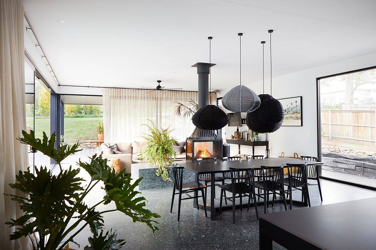 Phòng khách và không gian ăn uống theo phong cách Scandinavian hiện đại với lò sưởi ấm cúng
