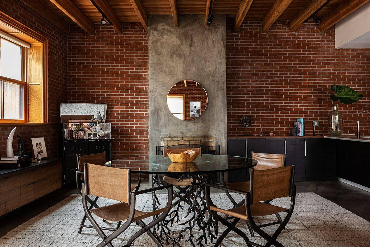 Phòng ăn hiện đại với bức tường gạch làm phông nền