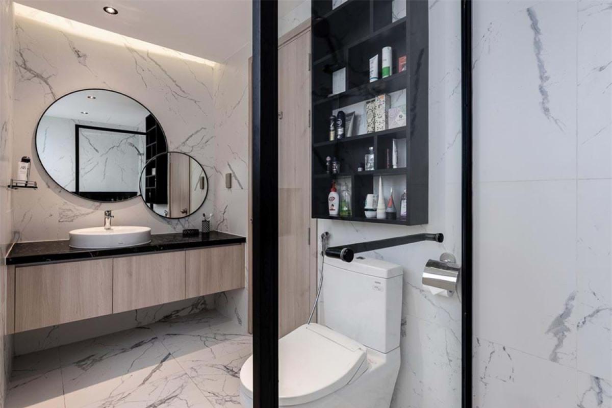 Phòng vệ sinh nhỏ gọn nhưng tiện nghi. Tường ốp đá cẩm thạch mang lại cảm giác sang trọng. Gương chậu rửa được thiết kế như một tác phẩm trang trí./.