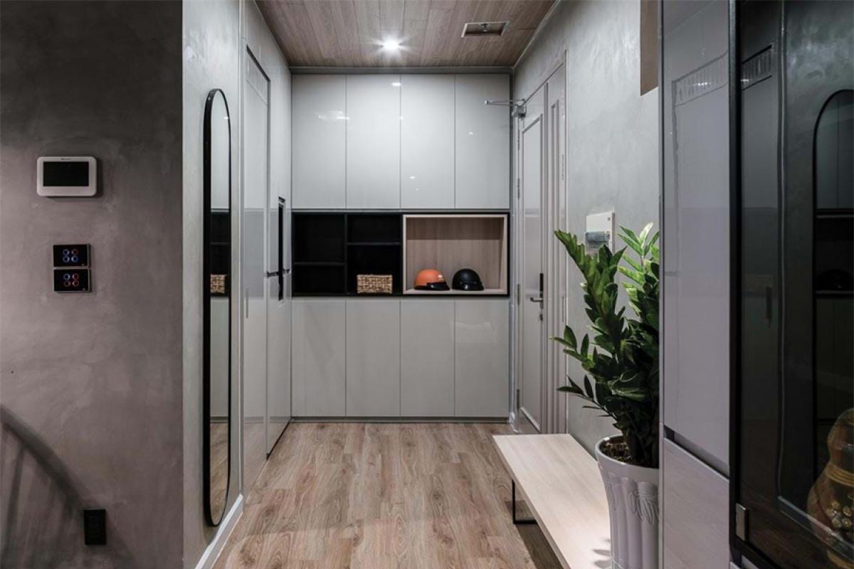 Khu vực sảnh vào với hệ thống tủ âm tường cao đến trần tiết kiệm diện tích và tận dụng không gian chứa đồ.