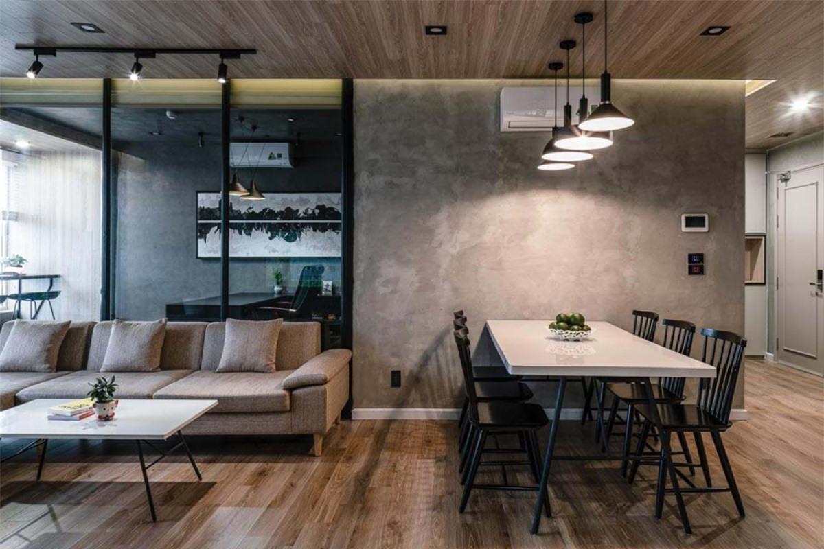 Để thể hiện tính đơn giản mà vẫn ấn tượng, các kiến trúc sư đã chọn tông màu trầm cho căn hộ. Theo đó, các màu chủ đạo là màu nâu và xám; màu đen được sử dụng như những điểm nhấn và màu trắng giúp cân bằng thị giác, tránh bị tối quá.
