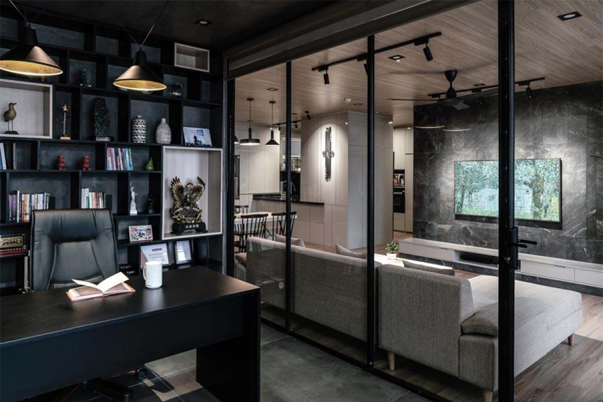 Khu bếp nấu được ngăn cách riêng, và kết nối với bàn ăn thông qua một quầy bar. Phần tường bếp giữa tủ dưới và tủ trên ốp kính màu đen, cùng mặt đá đen tương phản mạnh mẽ với sắc trắng của hệ thống tủ bếp.