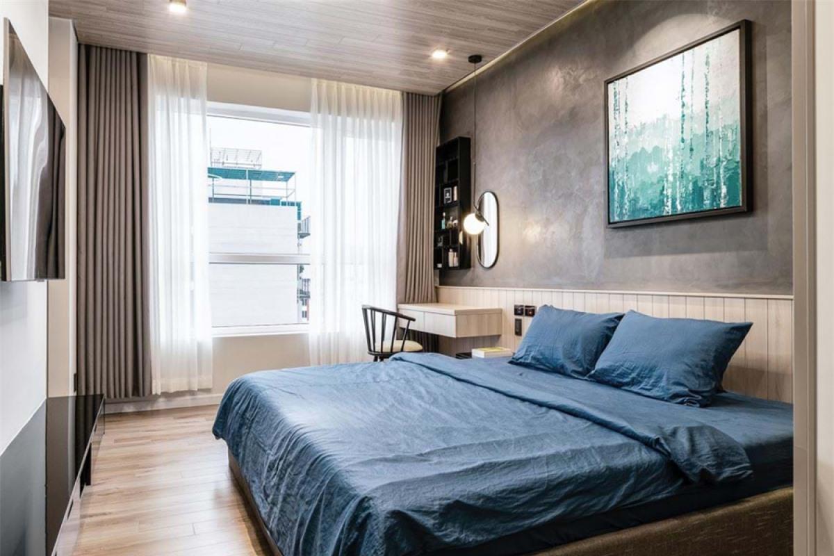 Phòng ngủ chính với nội thất đơn giản nhưng khoa học, hợp lý. Cách sử dụng chất liệu và màu sắc cũng thống nhất với các không gian chung trong nhà.