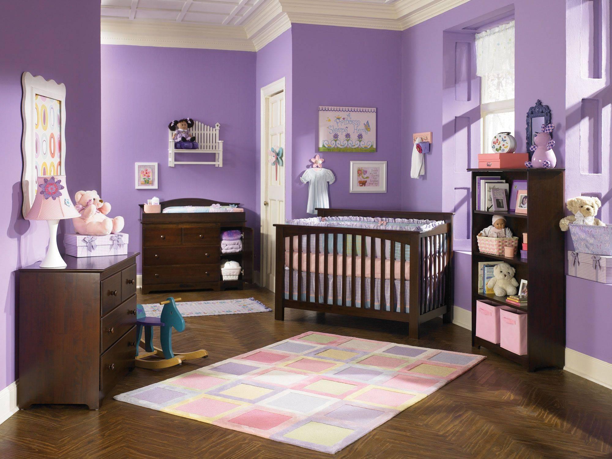 Phòng cho em bé với sắc tím oải hương và nôi cũi màu nâu