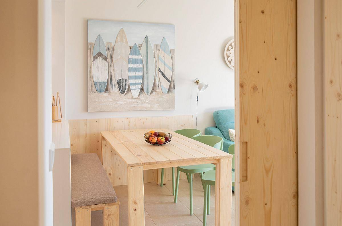 Phòng ăn nhỏ theo phong cách bãi biển trong góc trở thành một phần của khu vực sinh hoạt
