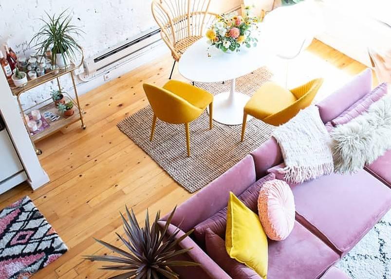 Ghế sofa màu oải hương với đệm và bàn cà phê với ghế màu vàng