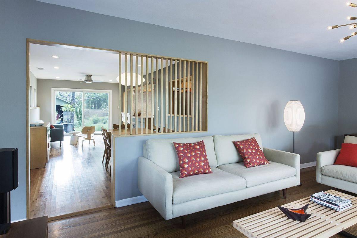 Những thanh gỗ tạo vách ngăn giữa khu vực phòng khách và phòng ăn