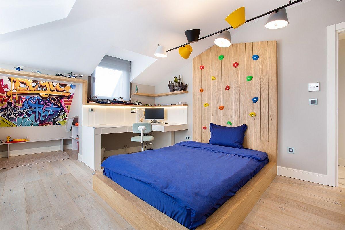 Phòng ngủ dành cho bọn trẻ vô cùng hiện đại với những gam màu trung tính kết hợp cùng khu học tập nhỏ gọn, bức tường leo núi
