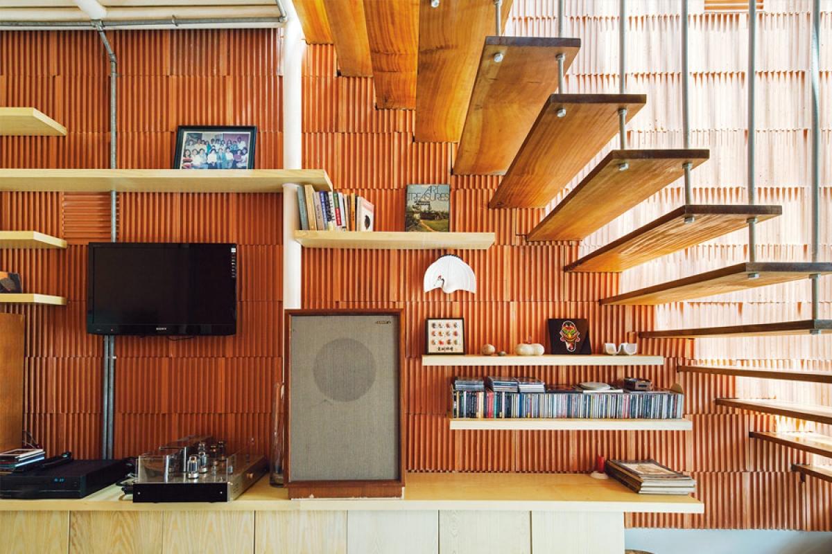 Góc phòng khách: Lắp thêm một chiếc kệ dưới gầm cầu thang và biến nó trở thành một góc của phòng khách - nơi trưng bày tivi, loa đài hay các vật dụng cần thiết. Ý tưởng này sẽ vô cùng thiết thực với những căn nhà có diện tích eo hẹp.