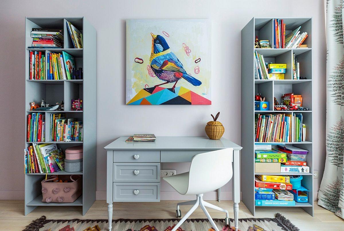 Bức tranh đa màu sắc cùng kệ lưu trữ lớn được bố trí xung quanh bàn học tập nhỏ đã tạo nên một không gian thư giãn và tuyệt đẹp