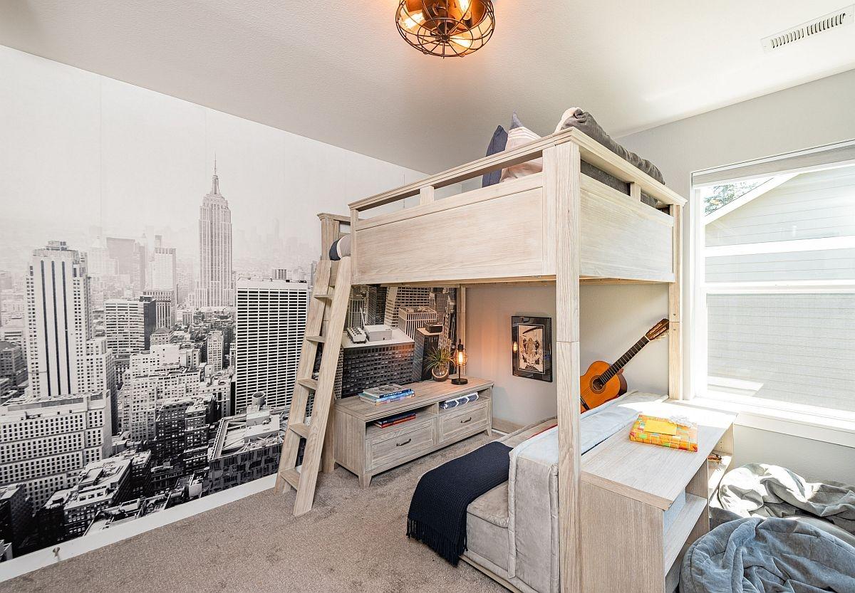 Phòng ngủ dành cho bé trai khá sinh động với bức tranh quang cảnh thành phố cùng chiếc giường gác xép có góc học tập bên dưới