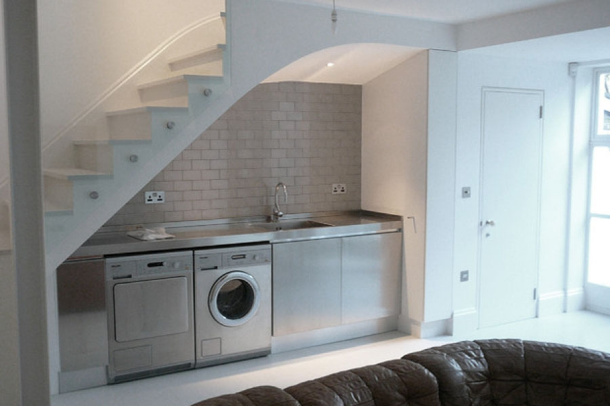 Khu giặt là: Để thuận tiện hơn khi giặt, phơi thì việc đặt máy giặt dưới gầm cầu thang là một ý tưởng không tồi một chút nào, thay vì đặt ở góc khác. Và đây cũng là cách làm tăng thêm không gian trong nhà.