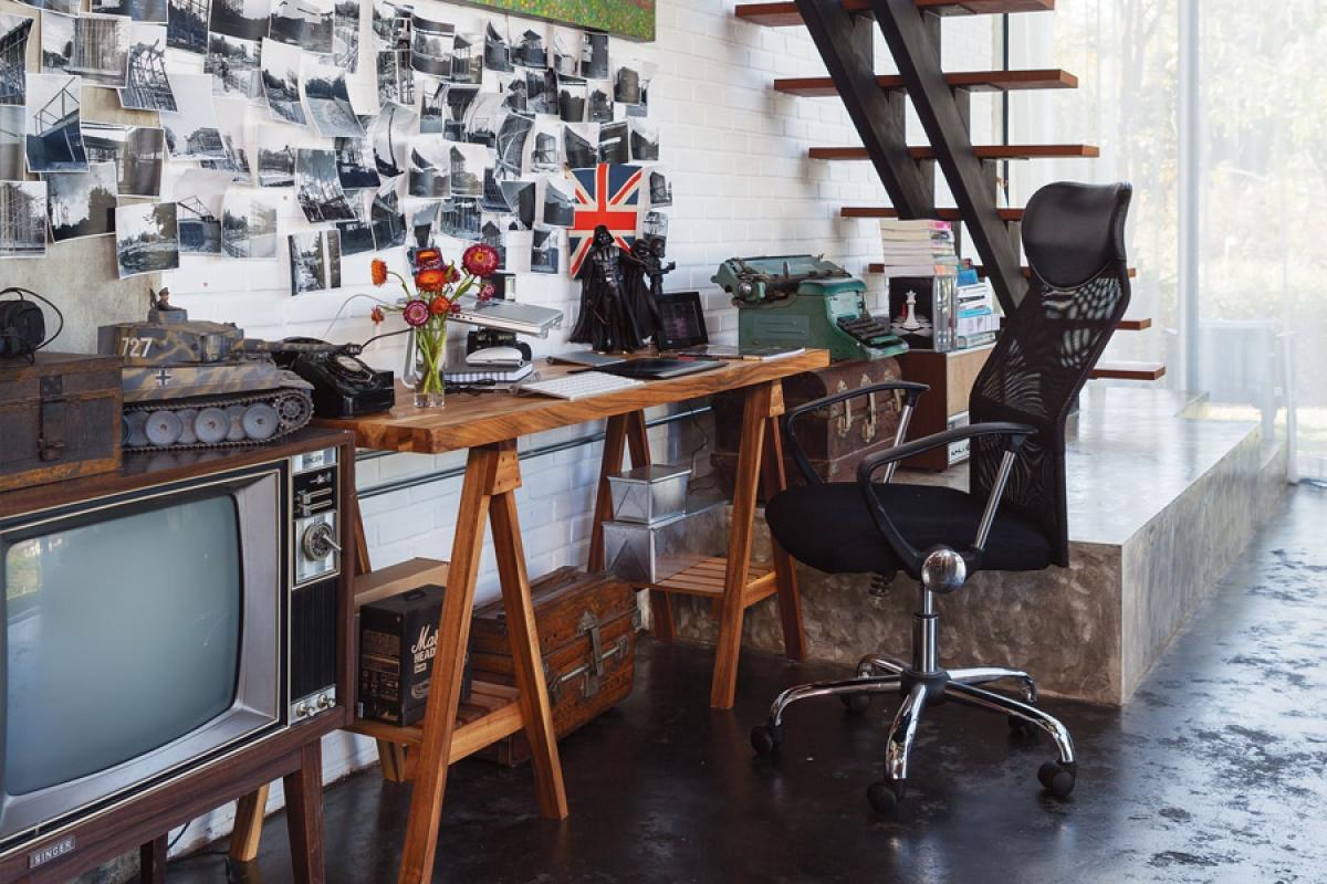 Góc làm việc tại gia: Sử dụng khu vực gầm cầu thang làm phòng làm việc cũng là một ý tưởng hay, phù hợp với những căn nhà có diện tích nhỏ, muốn tận dụng tối đa về không gian.