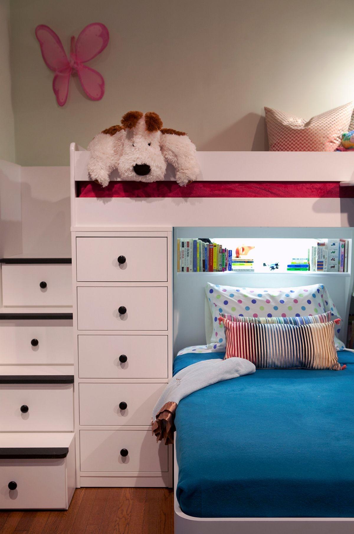 Các bậc thang lên giường gác xép được tận dụng làm hộp lưu trữ