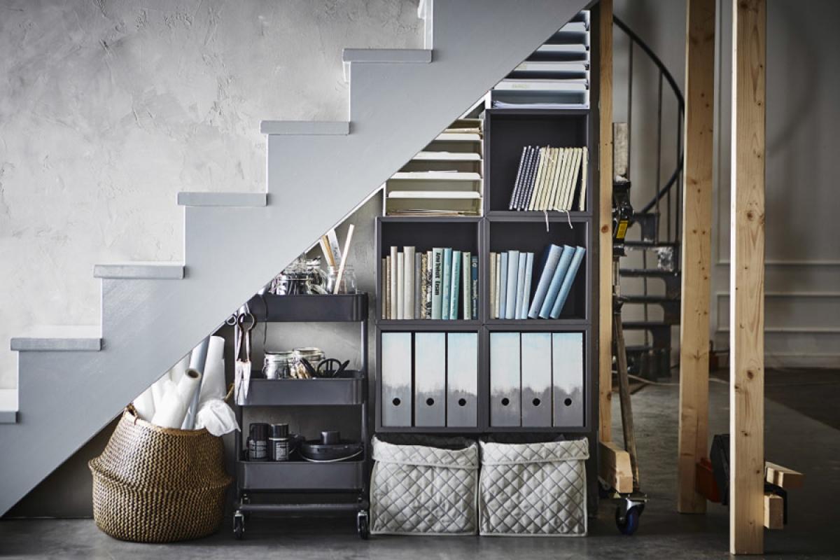 Tủ lưu trữ: Tạo một ngăn kéo lưu trữ dưới gầm cầu thang để giữ mọi thứ trong nhà bạn trở nên ngăn nắp mà lại dễ dàng lấy ra dùng khi cần thiết, không tốn thêm diện tích.