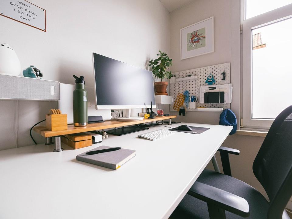 """Tận dụng tối đa các tiện ích: Bạn có thể giúp phòng nghỉ của mình trở nên đa năng hơn khi bố trí các góc làm việc, thư giãn hiệu quả. Bàn làm việc gần cửa sổ đón ánh nắng tự nhiên sẽ tạo cảm hứng cho những ngày """"work from home"""". Ngoài ra, việc tận dụng mảng tường trống lắp đặt máy chiếu sẽ biến phòng ngủ thành """"rạp chiếu phim"""" thực thụ."""