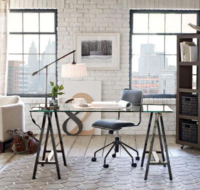 Những gì nên xuất hiện trên bàn là laptop, hộp cắm viết và đèn bàn