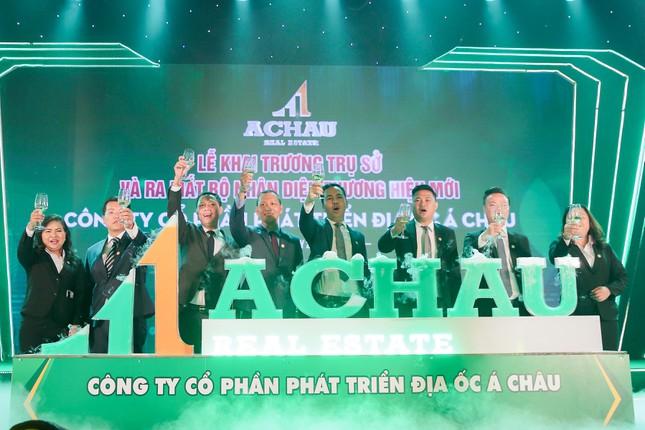 Ban lãnh đạo Địa ốc Á Châu thực hiện nghi thức ra mắt bộ nhận diện thương hiệu mới sau 4 năm hoạt động, đánh dấu thời kỳ phát triển mới của công ty