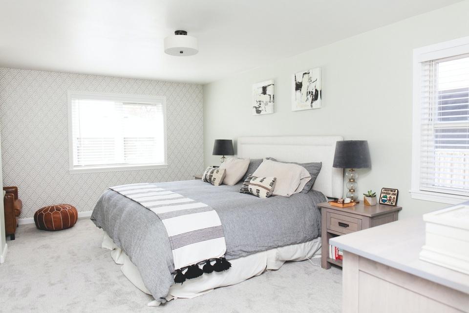 Giữ căn phòng tối giản, sạch sẽ: Những căn phòng trang trí nhiều chi tiết, phối màu cầu kỳ chỉ khiến chốn nghỉ dưỡng trở nên rối mắt, kém thanh lịch. Thay vào đó, bạn có thể tận dụng không gian khi dọn dẹp phòng sạch sẽ, loại bỏ những món đồ không cần thiết. Đồ lưu niệm, trang trí nên được tinh giản nhất có thể cho căn phòng thoáng đãng, hiện đại hơn. Các vật dụng trong phòng ngủ cũng nên cùng tông màu chủ đạo, tránh sự lòe loẹt, sặc sỡ.